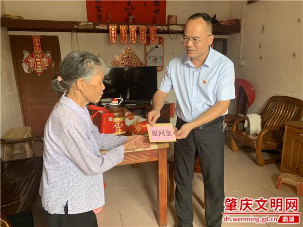 鼎湖区凤凰镇开展中秋走访慰问贫困户活动