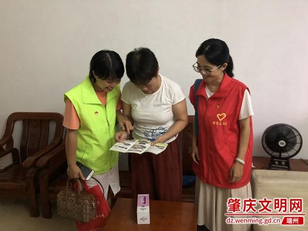 党员教师和群众一起解读创文宣传手册.jpg