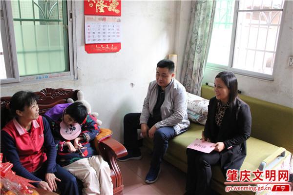 县委常委、宣传部长岑振智到罗丽英家中探访慰问
