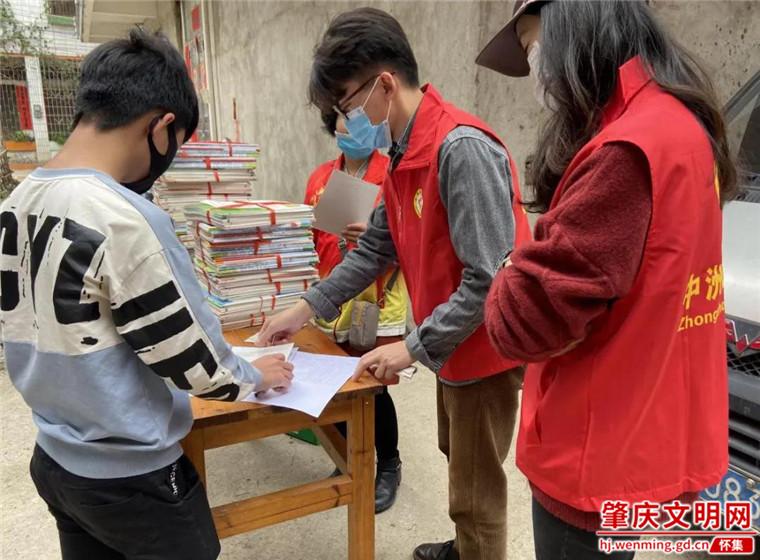 怀集中洲镇青年志愿者:争相学雷锋,奉献新时代