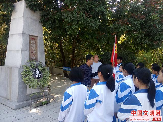 龙甫学校学生到赖西畴烈士墓祭烈士3.jpg