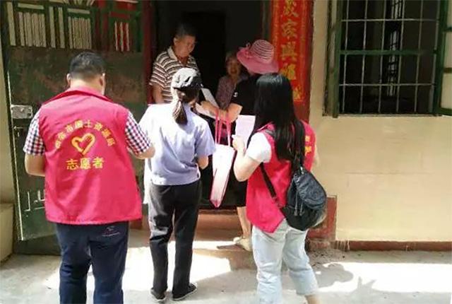 市国土局驻城北社区的志愿者每天派出工作人员16人开展入户宣传。图片来源:四会市国土局.jpg