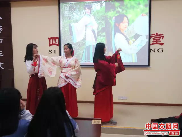 孩子们试穿汉服,感悟传统文化。图片来源:四会市博物馆.png
