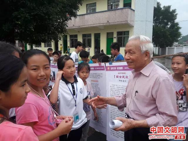 李重明老师为孩子们讲解四会民歌知识。图片来源:四会市文化馆.png