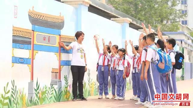 四会市周开泉小学外墙上的四会特色建筑墙绘。图片来源:四会电视 (2).jpg