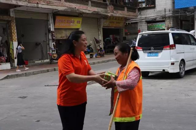 市总工会为环卫工人送上清凉饮料。图片来源:四会市总工会.png