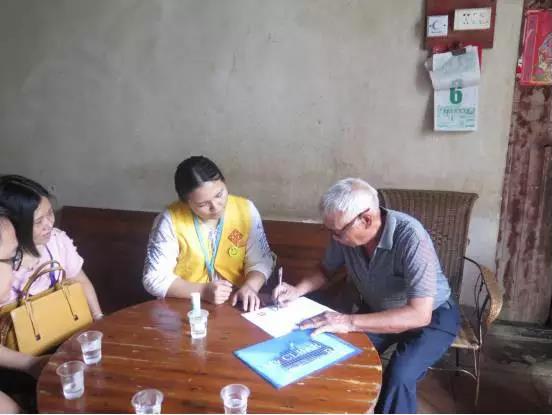 代办员在陈炳光爷爷家中为其办理高龄老人津贴申请。图片来源:四会市行政服务中心.jpg