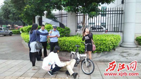 城管队员和热心市民合力救助倒地老人