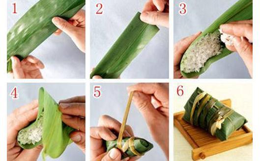 1、取一片较大的粽叶,对折。 2、将双层的下边向上折,用手压实。 3、将粽叶打开,填入糯米,尽量将糯米填成一个长条形状。 4、将粽叶没有米的部分折过来。 5、随即用手将叶子的两侧捏下去,之后的粽叶尖端向一侧折叠。 6、用线绳将粽子捆绑结实即可。 长棕子的包法图解 特色:这种粽子多见广西等地,一般用粽叶包裹,粽叶非常宽大,像芭蕉叶一般,这样可以在其中放入丰富的馅心,之后用绳子捆绑,形状虽然一般,但味道绝美。 包法: