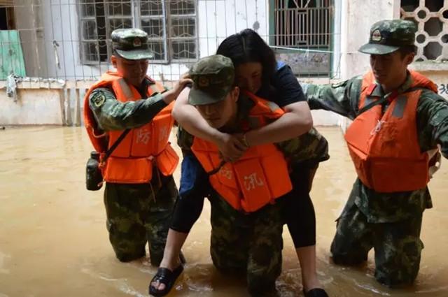 洪水无情人有情 肇庆灾区群众从容应对洪水来袭