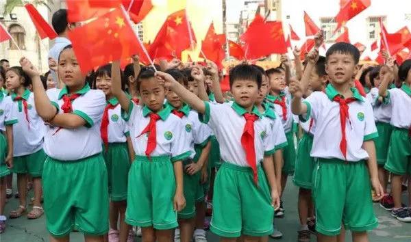 肇庆市实验小学开展向国旗敬礼活动。图片来源:端州教育.webp.jpg