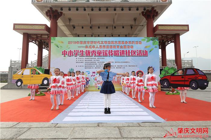 肇庆市第十五小学进行展演《你礼?#26790;?#28857;赞》2_副本.jpg