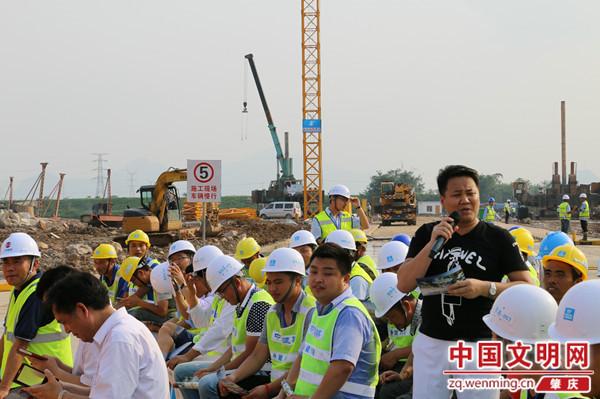 萨克斯独奏《我爱你中国》演奏者:黄来元   而工地旁边,赫然出现的