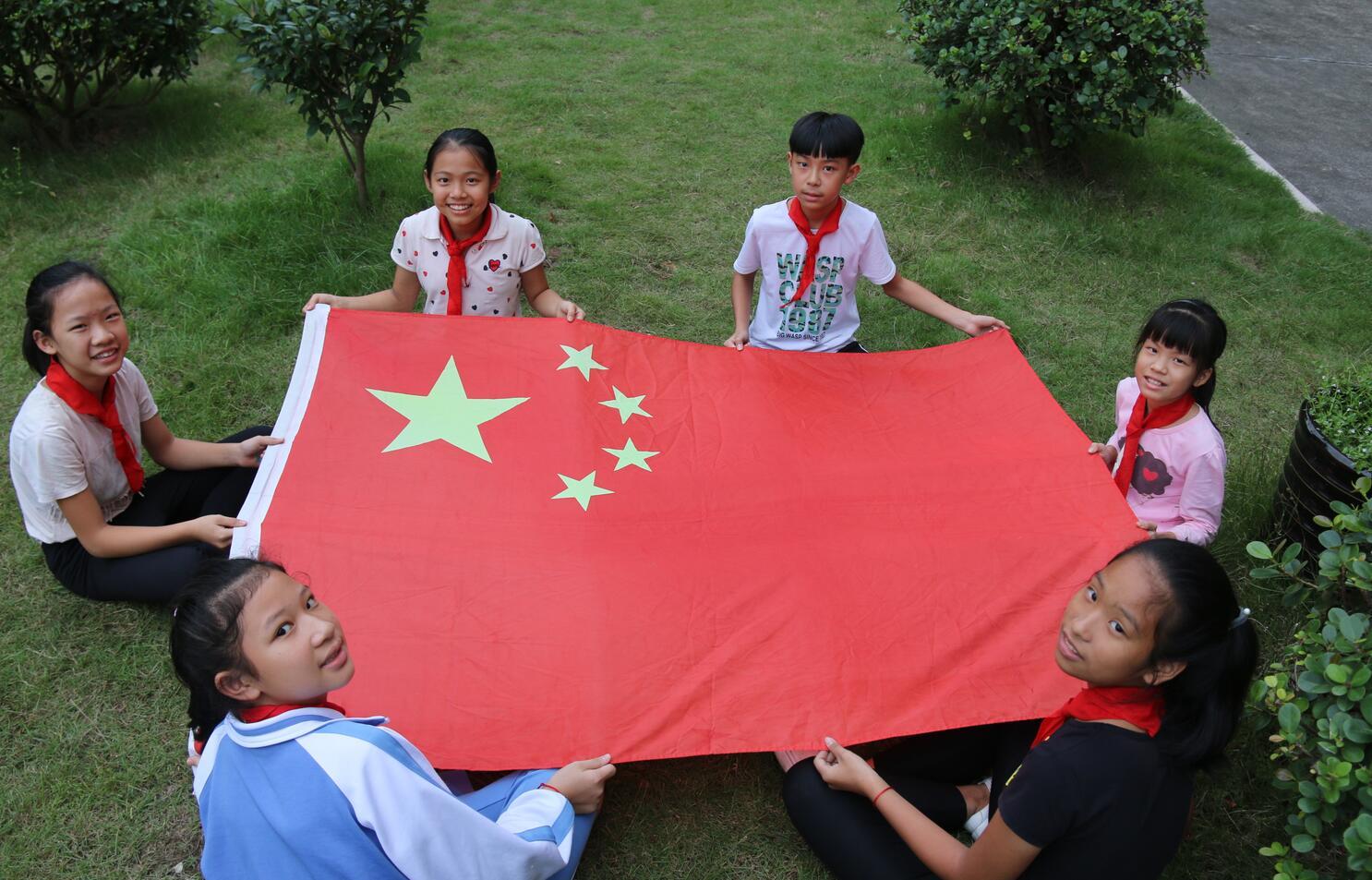 广宁县横山镇中心小学学生与国旗的合影