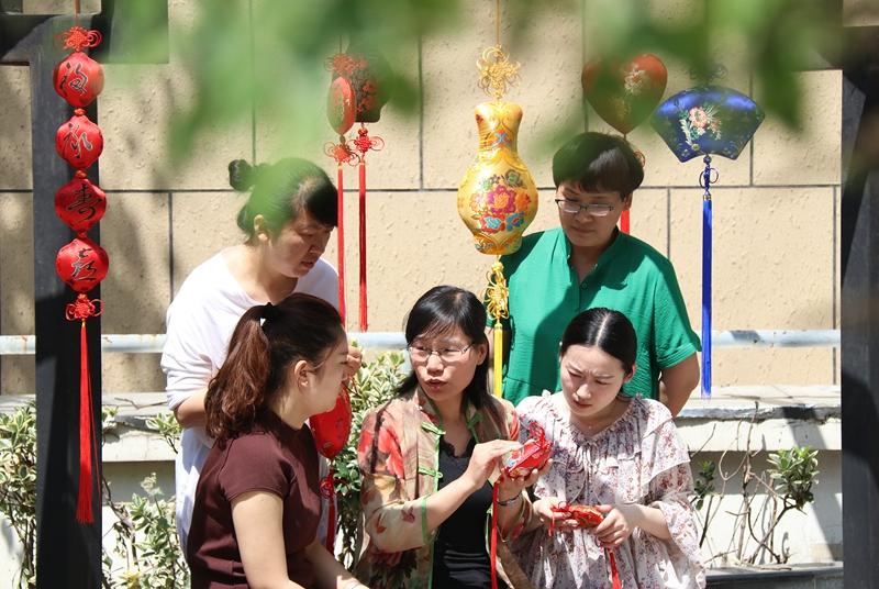 淮北市民包香囊、话习俗 传承端午文化